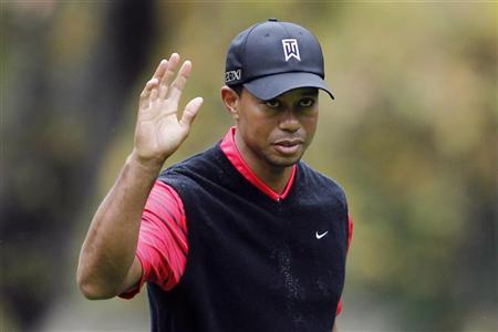 Tiger Woods waves after making a birdie on the 16th hole during the final round of the World Challenge golf tournament in Thousand Oaks, California, December 2, 2012. REUTERS/Danny Moloshok