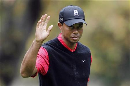 Tiger Woods waves after making a birdie on the 16th hole during the final round of the World Challenge golf tournament in Thousand Oaks, California, December 2, 2012. REUTERS/Danny Moloshok/Files