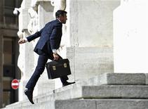 Un uomo all'ingresso della Borsa di Milano in Piazza degli Affari, , 13 settembre 2012. REUTERS/Paolo Bona