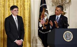 Президент США Барак Обама аплодирует назначенному главой Минфина Джеку Лью в Вашингтоне 10 января 2013 года. Барак Обама в четверг назначил руководителя аппарата Белого дома Джека Лью новым министром финансов, назвав его экспертом в решении таких национальных вопросов, как государственные расходы и сокращение дефицита. REUTERS/Kevin Lamarque