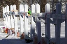 Su una staccionata i nomi delle vittime della strage nella scuola elementare Sandy Hook a Newton, in Connecticut. REUTERS/ Michelle McLoughlin