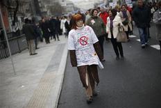"""El presidente de la Comunidad de Madrid, Ignacio González, defendió el viernes la medida """"disuasoria, no recaudatoria"""" con la que se pretende ahorrar millones de euros a la sanidad pública madrileña, una iniciativa muy contestada en la calle y en las redes sociales. En la imagen, una mujer durante una protesta contra los planes sanitarios en Madrid el 7 de enero de 2013. REUTERS/Juan Medina"""
