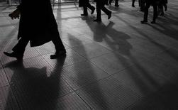 Le patronat français a accepté vendredi de discuter d'un renchérissement des contrats courts pour enrayer leur explosion, ouvrant la voie à un accord aux négociations sur une réforme du marché du travail qui doivent se conclure dans la journée. /Photo d'archives/REUTERS/Yuriko Nakao