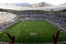Южноафриканские болельщики поддерживают свою сборную из игроков моложе 20 лет в матче против Нигерии в Кейптауне 10 апреля 2010 года. REUTERS/Mark Wessels