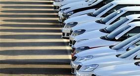 """Les ventes de Volkswagen ont augmenté de 12,7% en 2012 pour atteindre le chiffre record de 5,74 millions d'unités. Le constructeur automobile allemand basé à Wolfsburg a néanmoins souligné que 2013 serait """"une année très exigeante"""", selon l'expression du directeur des ventes de la marque Christian Klingler. /Photo prise le 16 novembre 2012/REUTERS/Srdjan Zivulovic"""