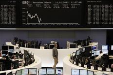 Помещение Франкфуртской фондовой биржи 11 января 2013 года. Европейские фондовые рынки снижаются, не отходя далеко от двухлетнего максимума, так как спад акций сырьевых компаний компенсируется ростом технологического сектора. REUTERS/Remote/Lizza David