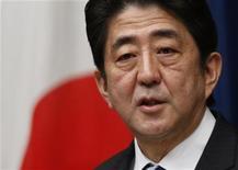 Premiê japonês, Shinzo Abe, fala durante coletiva de imprensa em sua residência oficial, em Tóquio. 11/01/2013 REUTERS/Issei Kato