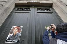 Devant le Centre d'information du Kurdistan, à Paris. Les trois militantes kurdes d'origine turque, dont les corps ont été retrouvés dans la nuit de mercredi à jeudi dans ces bureaux du 10e arrondissement de Paris, ont été tuées de plusieurs balles dans la tête. /Photo prise le 11 janvier 2013/REUTERS/Christian Hartmann