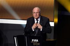 Los jefes europeos de fútbol se reunirán este mes para abordar reformas propuestas para presentar al organismo que gobierna el fútbol mundial, la FIFA, incluyendo un límite de edad para el presidente y una restricción al número de mandatos que puede servir. En la imagen, Sepp Blatter, presidente de la FIFA, abre la gala de entrega del Balón de Oro en Zúrich, el 7 de enero de 2013. REUTERS/Arnd Wiegmann