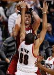 El base Wesley Matthews encestó el jueves varios triples seguidos para cerrar una remontada impresionante de Portland Trial Blazers contra el campeón de la NBA, Miami Heat, con una tensa victoria 92-90. En la imagen, el jugador de Miami Heat Mike Miller intenta tirar a canasta mientras el jugador de Portland Trail Blazers (con el 88) Nicolas Batum defiende en el tercer cuarto de su partido de NBA en Portland, Oregón, el 10 de enero de 2013. REUTERS/Steve Dipaola