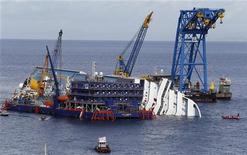 Vista della nave Costa Concordia affondata di fronte all'isola del Giglio. 6 novembre 2012. REUTERS/ Stefano Rellandini