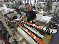 La marque française de skis Rossignol poursuit sa politique de relocalisation en annonçant le retour sur le sol français d'une partie de sa production réalisée en Asie, une stratégie justifiée par la meilleure compétitivité de la France. /Photo d'archives/REUTERS/Robert Pratta