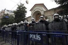 Polícia turca reforçou a segurança do consulado francês em Istambul durante protestos contra a morte de três ativistas. 11/01/2013 REUTERS/Murad Sezer