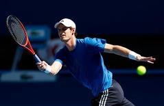 Conseguir un objetivo de toda una vida puede contentar a algunos jugadores pero también dañar su ambición. Sin embargo, nada podría estar más lejos del caso de Andy Murray. En la imagen, el tenista británico Andy Murray en una sesión de entrenamiento en el Abierto de Melbourne, el 11 de enero de 2013. REUTERS/Tim Wimborne