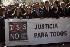 El Gobierno aprobó el viernes el anteproyecto de la nueva ley de la justicia gratuita, que elevará el umbral de renta y con el que el Ejecutivo trata de paliar la polémica normativa reciente que obliga a los españoles a pagar las tasas judiciales. En la imagen, varios abogados durante una manifestación contra la nueva ley de tasas en Málaga el 28 de noviembre de 2012. REUTERS/Jon Nazca
