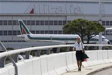 Hostess Alitalia a Fiumicino, sullo sfondo velivolo della compagnia aerea. Fiumicino aeroporto, 24 settembre 2008. REUTERS/Max Rossi (ITALY)