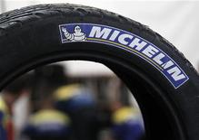Le titre Michelin signe la plus forte baisse du CAC 40 vendredi à la Bourse de Paris, victime d'une dégradation de recommandation de la part de Goldman Sachs. A 14h40, l'action du groupe de pneumatiques reculait de 2,26% à 69,78 euros, quand le CAC 40 cédait 0,29%. /Photo d'archives/REUTERS/Régis Duvignau