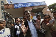 Manohar Lal Sharma, advogado de um dos acusados no caso de estupro e homicídio de uma estudante indiana, fala com a imprensa em frente ao tribunal distrital em Nova Délhi. A gangue acusada tinha o objetivo de encontrar uma mulher para estuprar e matar, e terminou a noite com sangue nas roupas, disse um relatório da polícia obtido pela Reuters. 10/01/2013 REUTERS/Adnan Abidi