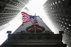 Wall Street a débuté en légère baisse vendredi, au lendemain d'un pic de cinq ans touché par l'indice S&P 500 et à la suite de résultats de la banque Wells Fargo. Le Dow Jones perdait 0,10% dans les premiers échanges, le Standard & Poor's 500 reculait de 0,03% et le Nasdaq Composite cédait 0,06%. /Photo prise le 4 janvier 2013/REUTERS/Eric Thayer