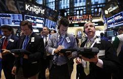 Las acciones en Estados Unidos abrieron el viernes estables debido a que las ganancias récord del banco Wells Fargo no lograron impulsar más compras, un día después de que el índice S&P 500 cerró en máximos de cinco años. En la imagen, unos operadores en la Bolsa de Nueva York, el 10 de enero de 2013. REUTERS/Brendan McDermid