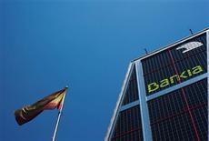 La nacionalizada Bankia está en negociaciones avanzadas con Goldman Sachs para contratar al banco estadounidense como asesor para la venta de su filial en Miami, dijeron el viernes dos fuentes con conocimiento de las negociaciones. En la imagen, una bandera española junto a la sede de Bankia en Madrid, el 24 de julio de 2012. REUTERS/Susana Vera