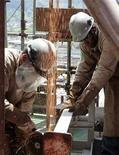 Imagen de archivo de unos trabajadores durante la construcción de una plataforma petrolera en Angra dos Reis, Brasil, feb 24 2011. El empleo en la industria brasileña siguió tan débil como la producción y no tuvo cambios en noviembre respecto de octubre, con lo que se encamina hacia su primera baja anual desde el 2009. REUTERS/Sergio Moraes