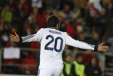 El delantero del Real Madrid Gonzalo Higuaín ha dicho que está listo para suplir la baja por sanción de Cristiano Ronaldo en la delantera en la visita de los actuales campeones al campo de Osasuna el sábado en Liga. En la imagen de archivo, Higuaín celebra un gol contra el Mallorca en Liga el pasado 28 de octubre. REUTERS/Enrique Calvo