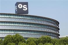Banco Sabadell SABE.MC podría devolver en enero entre el 10 y el 20 por ciento de los 24.000 millones de euros facilitados por el Banco Central Europeo (BCE) a través de su programa de préstamos a largo plazo en diciembre de 2011 y febrero de 2012, dijo el viernes una fuente del banco a Reuters. En la imagen, el logo de Banco Sabadell sobre la sede de la empresa en Sant Cugat, cerca de Barcelona, el 15 de noviembre de 2012. REUTERS/Albert Gea