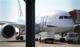 """La compagnie All Nippon Airways annonce qu'une fuite de carburant a été détectée sous le moteur gauche d'un de ses Boeing 787, dernier en date d'une série d'incidents ayant affecté ces derniers jours le """"Dreamliner"""". Un autre appareil du même type appartenant à la compagnie japonaise s'est posé sans dommage vendredi à Matsuyama dans l'ouest de l'archipel après l'apparition d'une fissure sur le pare-brise du cockpit. /Photo prise le 11 janvier 2013/REUTERS/Kyodo"""