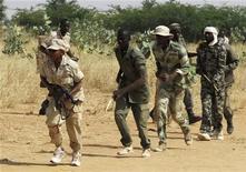 La Unión Europea acelerará los preparativos para enviar un equipo a Mali que forme al Ejército del país, después de que rebeldes islamistas tomaran la estratégica localidad norteña de Kona, según dijo el viernes la jefa de política exterior de la UE, Catherine Ashton. En la imagen de archivo, miembros de una milicia progubernamental en una sesión de entrenamiento en la base de Sevare, a 600 km de Bamako, en una zona controlada por el Gobierno, el 12 de noviembre de 2012. REUTERS/Adama Diarra