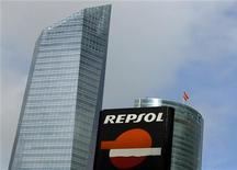 The logo of Spanish energy company Repsol is seen outside a gas station in Madrid November 23, 2012. El 69 por ciento de los accionistas de Repsol ha aceptado cobrar en acciones el dividendo a cuenta de los resultados del ejercicio de 2012 para lo que el grupo petrolero ha ampliado capital en un 2 por ciento para entregar los títulos a los accionistas. En la imagen, el logo de la petrolera Repsol en una gasolinera en Madrid, el 23 de noviembre de 2012. REUTERS/Sergio Pérez