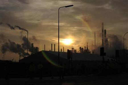 The sun rises above an oil plant in Lincolnshire, northern England January 30, 2009. REUTERS/Nigel Roddis