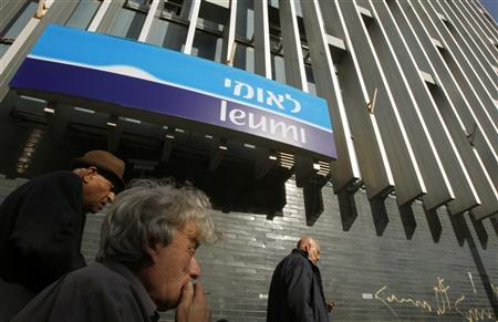 Israelis walk past a branch of Bank Leumi in Tel Aviv February 18, 2009. REUTERS/Gil Cohen Magen