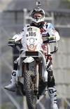 Imagen de archivo del motociclista francés Thomas Bourgin durante la ceremonia de apertura de la quinta edición del Rally Dakar en Lima, ene 5 2013. Un motociclista francés murió el viernes tras colisionar mientras se trasladaba al punto de partida de una etapa del Rally Dakar en el norte de Chile, informaron los organizadores de la competencia. REUTERS/Janine Costa