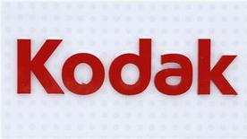 Foto de archivo del logo de Kodak a las afueras de su fábrica en Rochester, Nueva York, ene 1 2013. La propuesta de Eastman Kodak de vender sus patentes de imagen digital a Intellectual Ventures y RPX por 525 millones de dólares recibió el viernes la aprobación de un juez de bancarrota en Estados Unidos, dejando a la firma de fotografía un paso más cerca de salir del concurso de acreedores. REUTERS/Carlo Allegri