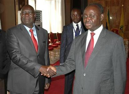 Michel Am-Nondokro Djotodia (L), leader of Central African Republic's (CAR) Seleka rebel alliance, shakes hands with CAR's President Francois Bozize (R) during peace talks with delegations representing the government and the opposition rebels in Libreville January 11, 2013. Central African Republic's government and rebels agreed to the formation of a national unity government under a ceasefire deal on Friday to end an insurgency that swept to within striking distance of the capital. REUTERS/Levis Boussougou