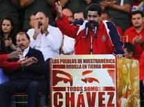 El vicepresidente de Venezuela, Nicolás Maduro, viajará el viernes a Cuba para visitar al mandatario Hugo Chávez, quien lucha por su vida tras una compleja intervención quirúrgica por un cáncer a la que se sometió hace un mes en la isla y que ha puesto en duda su continuidad en el poder. En la imagen, Maduro durante un mitin en apoyo a Chávez en Caracas, el 10 de enero de 2013. REUTERS/Carlos García Rawlins