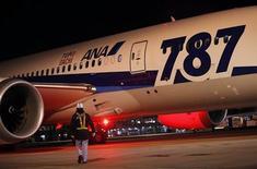 """Estados Unidos ordenó una amplia revisión del avión más nuevo de pasajeros de Boeing, el 787 Dreamliner, mencionando la """"preocupación"""" por una serie de problemas técnicos en las últimas semanas. En la imagen, un empleado aeroportuario camina junto a un 787 de All Nippon Airways antes de su despegue en el aeropuerto internacional Narita de Tokio, el 11 de enero de 2013. REUTERS/Shohei Miyano"""