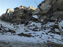 """El mediador internacional Lakhdar Brahimi y los enviados de Rusia y Estados Unidos fracasaron el viernes en lograr un avance para hallar una solución política al conflicto que asola a Siria. """"Volvimos a enfatizar que desde nuestro punto de vista no hay una solución militar para este conflicto"""", dijo Brahimi en una declaración conjunta. En la imagen, edificios dañados por los combates cubiertos por la nieve en Homs, el 10 de enero de 2013. REUTERS/Yazan Homsy"""