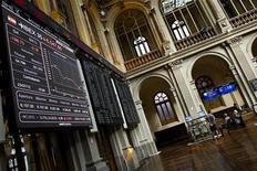 El Ibex-35 de la bolsa española cerró el viernes con subidas tras una sesión inestable, con los grandes bancos y pesos pesados del selectivo compensando la caída de otros valores medianos, en una semana en la que el selectivo subió un 2,7 por ciento. En la imagen de archivo, unos operadores en la bolsa de Madrid, el 23 de julio de 2012. REUTERS/Susana Vera