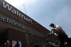 Imagen de archivo de un trabajador a las afueras de una tienda de Wal-Mart en Ciudad de México, ago 15 2012. Wal-Mart Stores Inc informó el viernes que nombró a Enrique Ostalé como presidente y director general de la cadena en América Latina, en sustitución de Eduardo Solórzano, quien continuará como presidente del consejo de administración de Wal-Mart de México (Walmex). REUTERS/Edgard Garrido