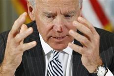 El vicepresidente Joe Biden terminó el viernes una serie de reuniones en la Casa Blanca para elaborar recomendaciones para frenar la violencia con armas en Estados Unidos, que incluirían una mayor revisión de antecedentes a los compradores y podrían iniciar una dura batalla en el Congreso. En la imagen, Biden durante una reunión con representantes de la industria de los videojuegos, en Washington, el 11 de enero de 2013. REUTERS/Jonathan Ernst