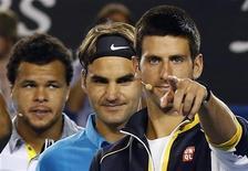 Incluso con sus principales rivales señalando como favoritos a Novak Djokovic y Serena Williams en el Abierto de Australia que dará comienzo este lunes, es tentador considerar este estatus en el primer torneo de la temporada como demasiado aventurado. En la imagen, Djokovic (derecha) señala la cámara con Federer (centro) y Tsonga detrás en Melbourne el 12 de enero. REUTERS/Tim Wimborne
