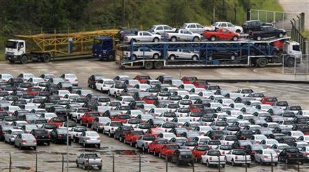 New cars are parked at a stock area of the Volkswagen German automaker plant in Sao Bernardo do Campo March 2, 2011. Car dealerships, which stepped up offers to reverse the 36 percent tumble posted in January, sold 274,174 units in February, according to industry group Fenabrave. Sales rose 24 percent from the year-earlier period, the group said. REUTERS/Paulo Whitaker (BRAZIL - Tags: TRANSPORT BUSINESS)