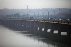 Vehicles cross on a bridge in the Malian capital of Bamako, January 12, 2013. West African regional bloc ECOWAS will begin sending soldiers to Mali by Monday as part of a mission to drive al Qaeda-linked fighters from the country's north, an Ivory Coast government official said on Saturday. REUTERS/Joe Penney (MALI - Tags: CITYSCAPE POLITICS TRANSPORT)