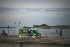 Las fuerzas francesas llevaron a cabo un segundo día de ofensivas aéreas contra rebeldes islamistas el sábado y enviaron tropas para proteger la capital Bamako en una operación que implicó a varios cientos de soldados, dijo el ministro de Defensa, Jean-Yves Le Drian. En la imagen, vehículos y peatones cruzan un puente en Bamako, el 12 de enero de 2013. REUTERS/Joe Penney