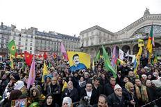 Manifestation à Paris à l'appel de plusieurs associations pour dénoncer l'assassinat de trois militantes kurdes dans la capitale, présenté comme un crime politique par la communauté kurde. /Photo prise le 12 janvier 2013/REUTERS/Christian Hartmann