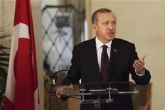 Premiê turco, Tayyip Erdogan, fala com a mídia durante reunião com o presidente do Senegal, Macky Sall, no palácio presidencial, em Dakar. Erdogan exigiu neste sábado que o presidente francês, François Hollande, explique por que ele se encontrou com uma das três militantes curdas mortas em Paris nesta semana. 10/01/2013 REUTERS/Joe Penney