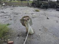 Um míssil que não explodiu é visto perto de veículos militares das forças leais ao presidente Bashar al-Assad em Muderya, perto de Damasco. Um avião militar sírio bombardeou bairros nas cercanias de Damasco após o mau tempo ter deixado as aeronaves em solo por uma semana. 06/01/2013 REUTERS/Abu Adel Al-Jubarani/Shaam News Network/Divulgação