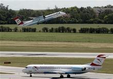 Aviões das Linhas Aéreas Austríacas decolam no aeroporto internacional de Viena, em junho de 2012. Duas empresas aéreas europeias anunciaram que estão suspendendo seus voos para o Irã, um sinal de que o poder de compra dos iranianos, assim como sua economia, estão desmoronando com o peso das sanções ocidentais. 05/06/2012 REUTERS/Heinz-Peter Bader